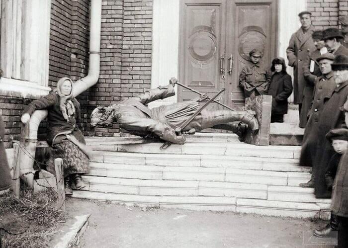 Жители Архангельска опрокинули памятник Петру I, 1920-е