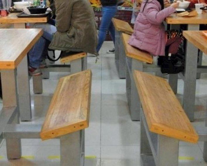 В этом кафе сиденья специально сделаны с уклоном, чтобы гости не засиживались долго