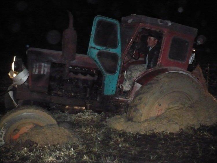 Быть трактористом - это призвание и талант. Только настоящий тракторист может застрять на своем железном друге.