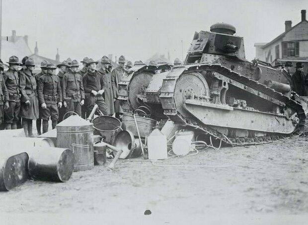 В Кентукки танк Национальной гвардии уничтожает оборудование для изготовления самогона, 20 февраля 1922 год