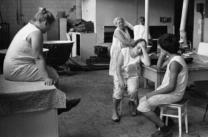 Работницы хлебопека отдыхают, село Огундай, 1980 год