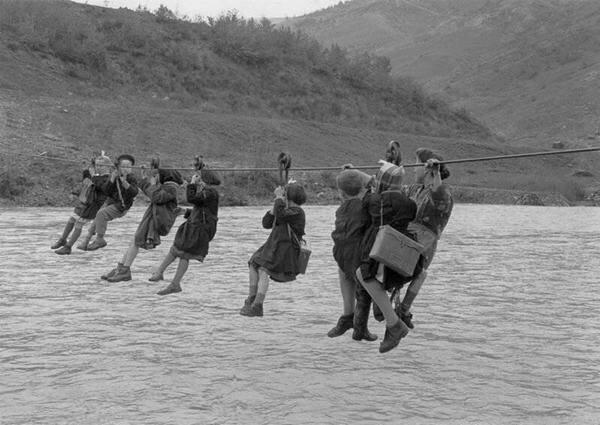 Чтобы попасть в школу, итальянские дети пересекают реку в Модене, 1959 год