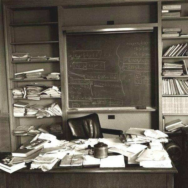 Письменный стол Альберта Эйнштейна на следующий день после его смерти 18 апреля 1955 года