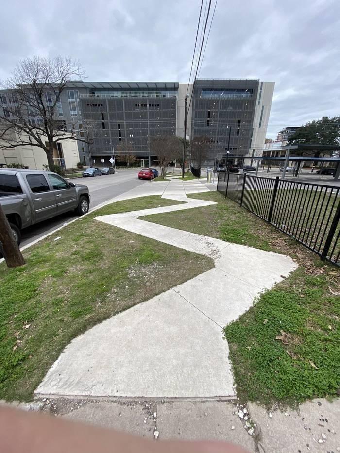 А почему нельзя было здесь сделать прямой тротуар?