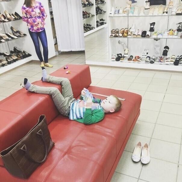 Пока мама выбирает туфли