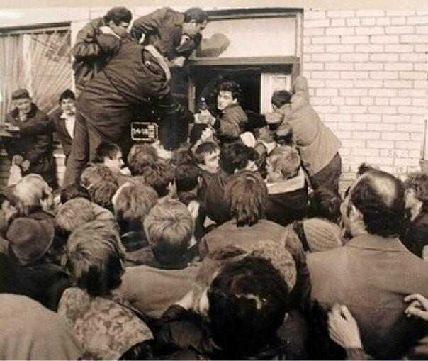 Начало винного бунта, Челябинск. Люди несколько часов простояли за водкой, но магазин так и не открылся.  Разъяренная толпа двинулась с булыжниками к райисполкому.  Погромы по всему городу длились несколько дней, зачинщики были схвачены, но наказания