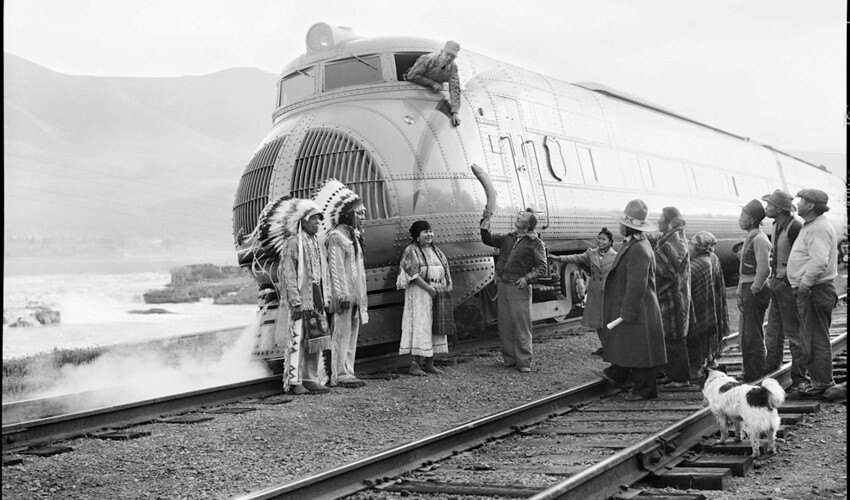 Индейцы дарят церемониального лосося машинисту поезда, Орегон, США, 1940 год.