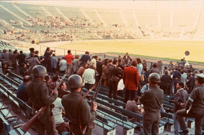 """Концлагерь на стадионе """"Насиональ де Чили"""" в первые дни, Сантьяго, 1973 год."""