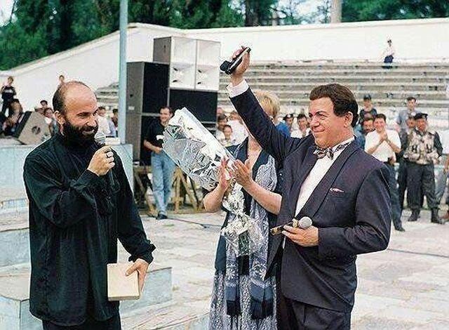 Шамиль Басаев вручает именной пистолет ПМ Иосифу Кобзону «За поддержку Чеченской Республики Ичкерия», 1997 год. Держи друзей близко, а врагов еще ближе...