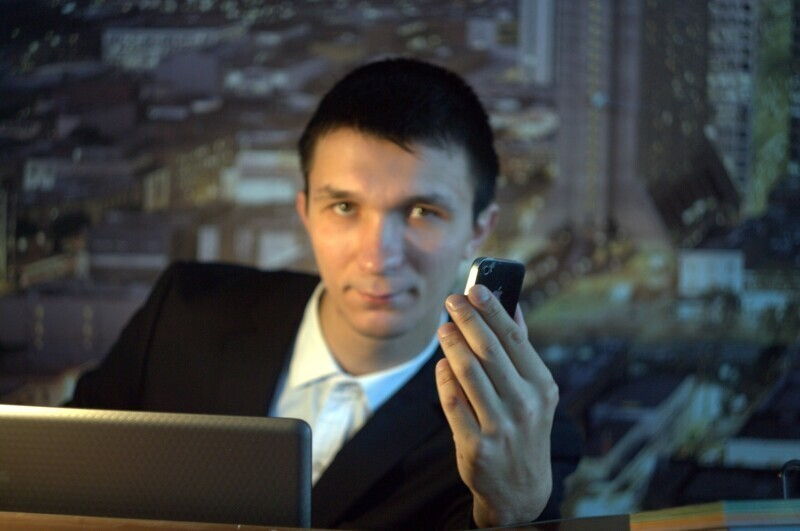 Успешный человек с телефоном и ноутбуком
