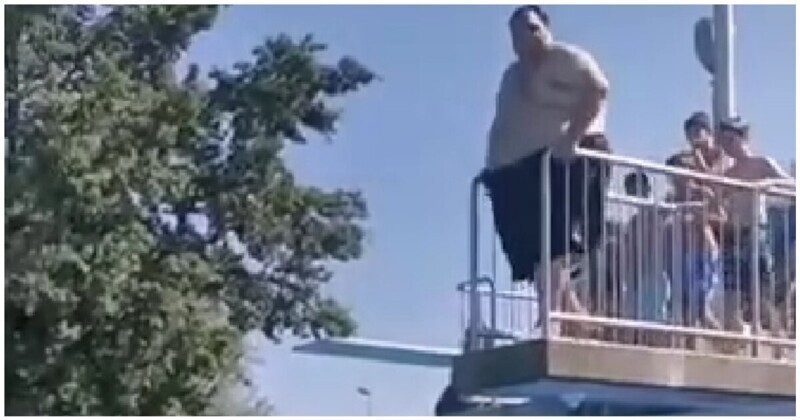 Эффектно: тучный мужик сигает в бассейн