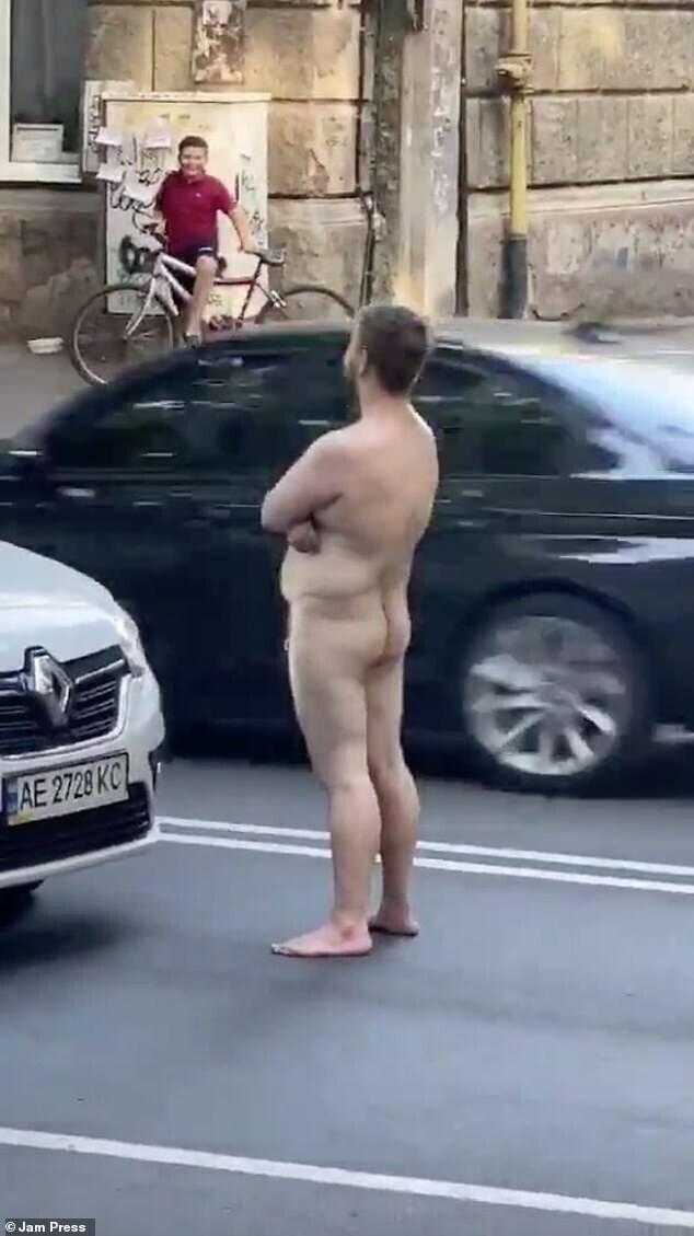 Голый мужик на дороге получил заслуженный нокаут