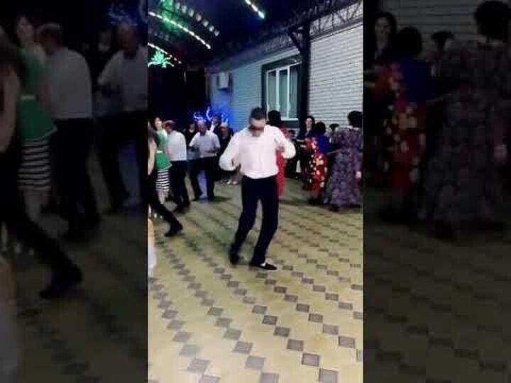 Парень поднимает настроение своим зажигательным танцем