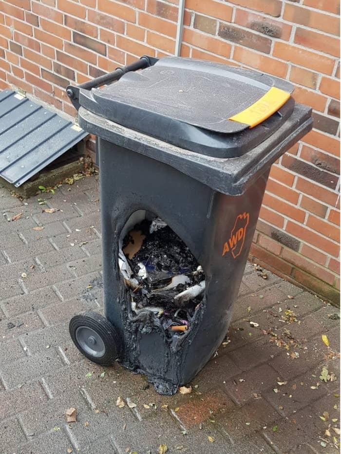Ну кто выбрасывает горячий уголь в пластиковый контейнер?