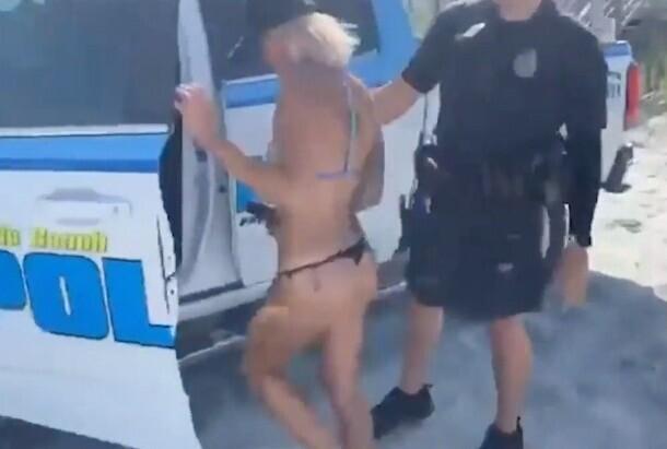 Копы в Калифорнии повязали девушку на пляже за стринги