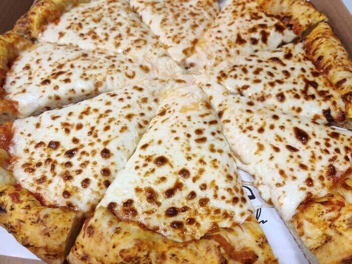 """""""Вот так выглядит пицца, в которой четыре дополнительных сыра"""""""