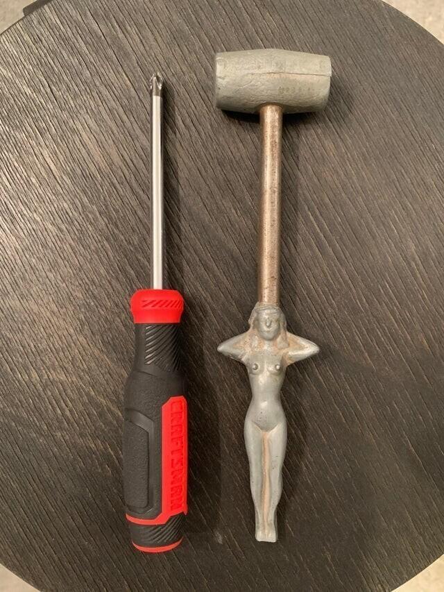 «Эта штука осталась от моего дедушки. Она сделана из металла, на ней нет никаких отметок — отвёртка для размера»