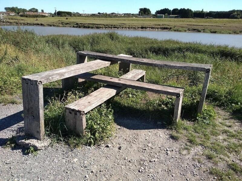 «Строение, похожее на скамейку возле речки»