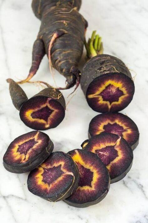 Перед вами необычный вид черной турецкой моркови. Внутри выглядит, как око Саурона