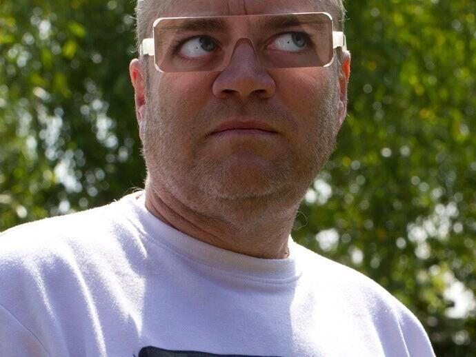 Во время посещения некоторых зоопарков посетителям выдают вот такие смешные очки. Они имитируют взгляд в сторону. Это нужно, чтобы не провоцировать горилл на агрессивное поведение