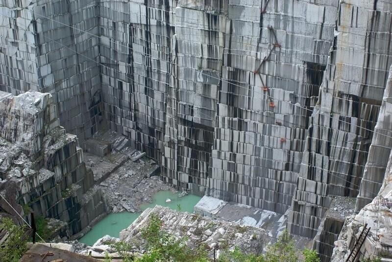 В Бразилии добывают декоративные камни, разрезая скалы