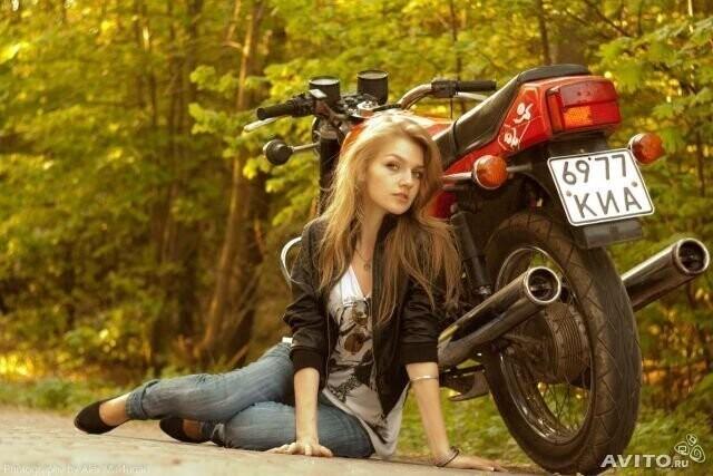 До чего ж мотоцикл украшает девушку!