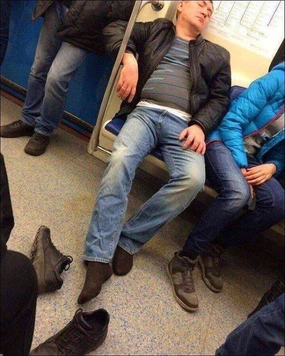 Уставший работяга в метро Берлина