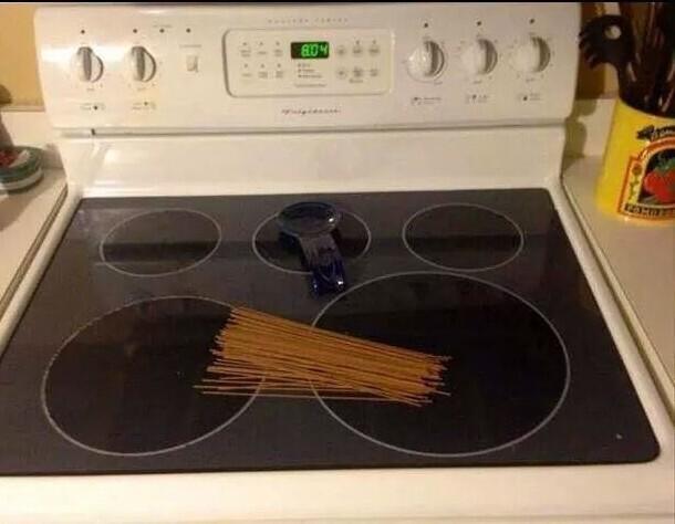 Попросила мужа поставить на плиту немного спагетти для ужина