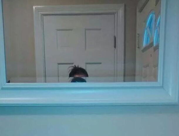 Наконец-то он повесил зеркало в ванной