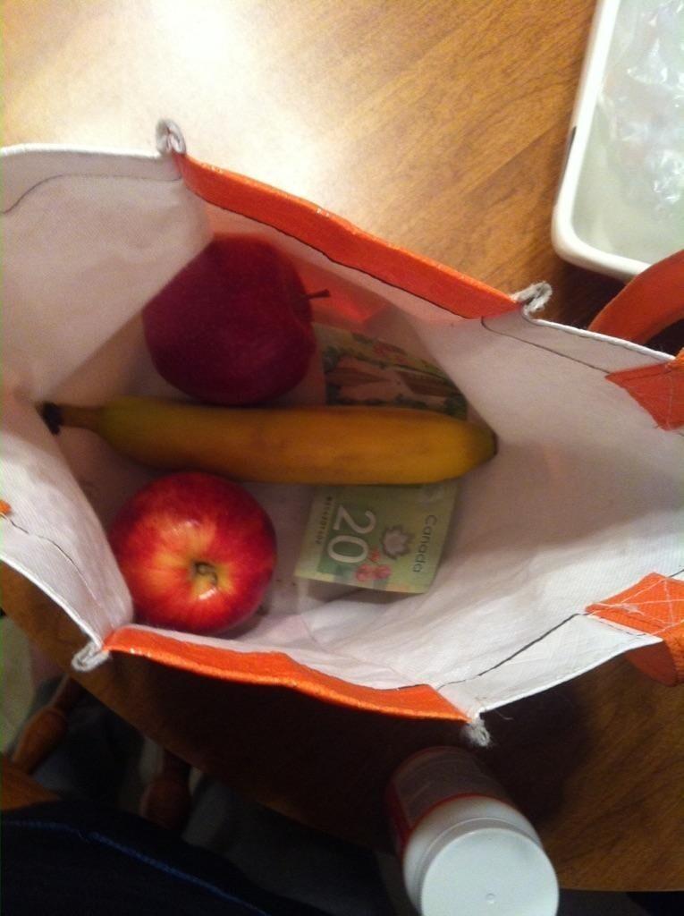 Муж положил мне фрукты с собой на работу