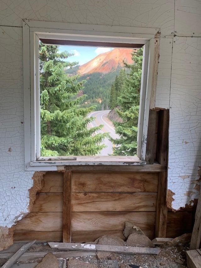 Это не картина, это вид из окна