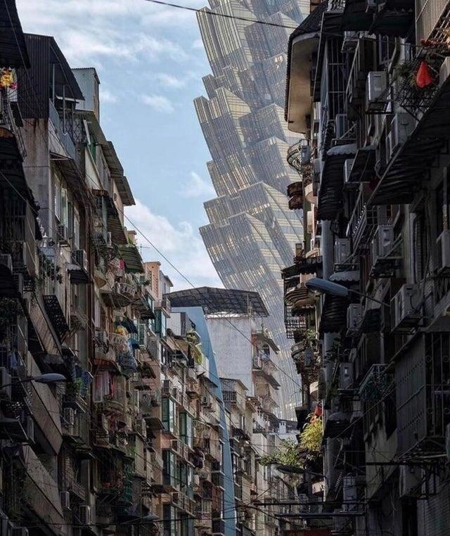 Отель Лисбоа на улице Макао. Снимок похож на кадр из фантастического фильма