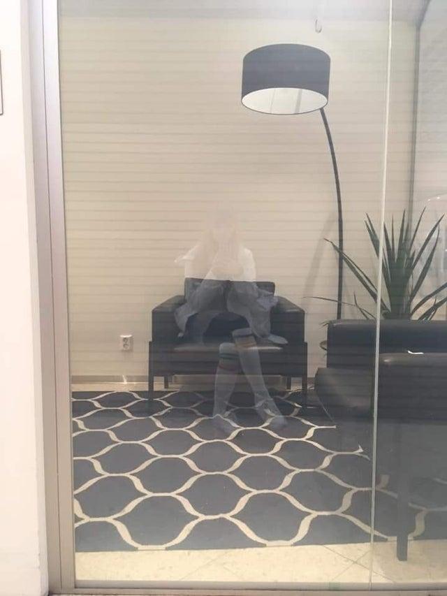 Выглядит так, как-будто на кресле сидит призрак