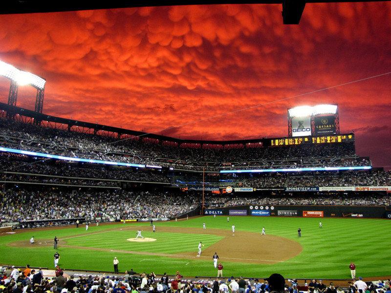 Дьявольские облака над стадионом Citi Field в Квинсе, Нью-Йорк. Фотограф - happybeau