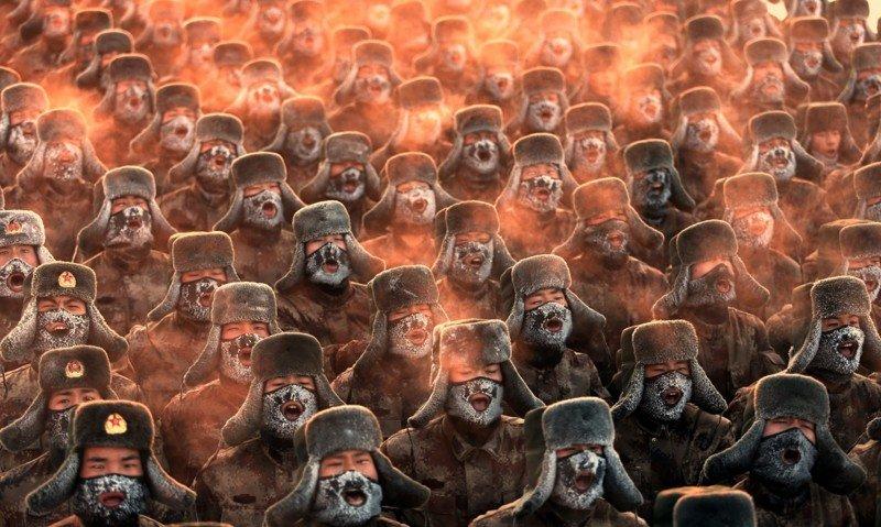 Китайские солдаты на утренней зарядке при температуре воздуха  −30 градусов по Цельсию