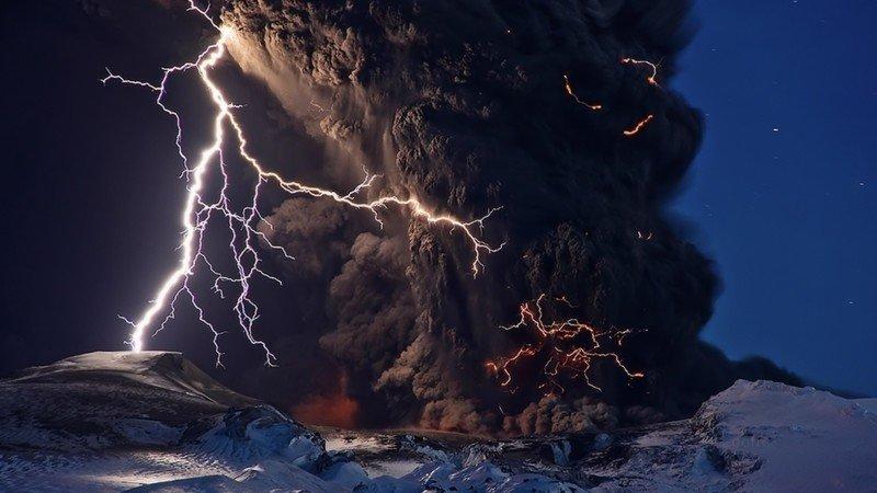 Удар молнии во время извержения вулкана Эйяфьядлайёкюдль, 2010 г. Фотограф Сигурдур Стефниссон