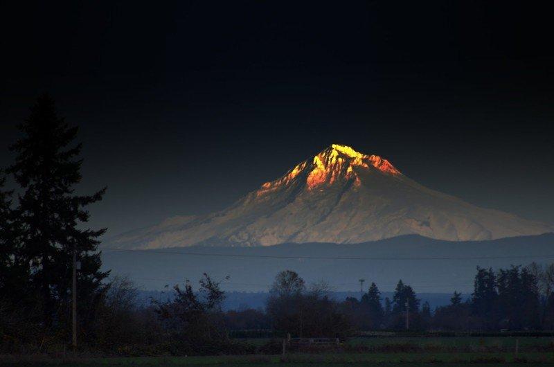Светящаяся горная вершина. Фотограф - Джим Пэнки