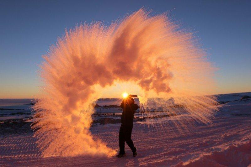 Горячая вода, замерзшая в воздухе Антарктики