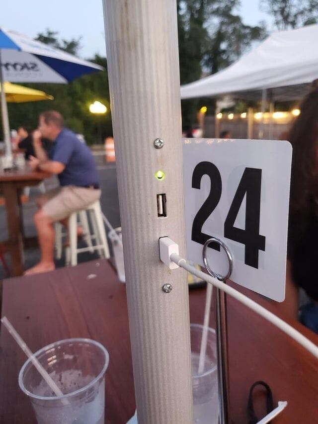 Ресторан с зарядкой от солнечной батареи, которая спрятана в ножке зонтика