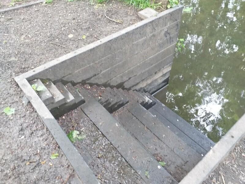 Лестница к каналу, на которой есть ступеньки для уточек
