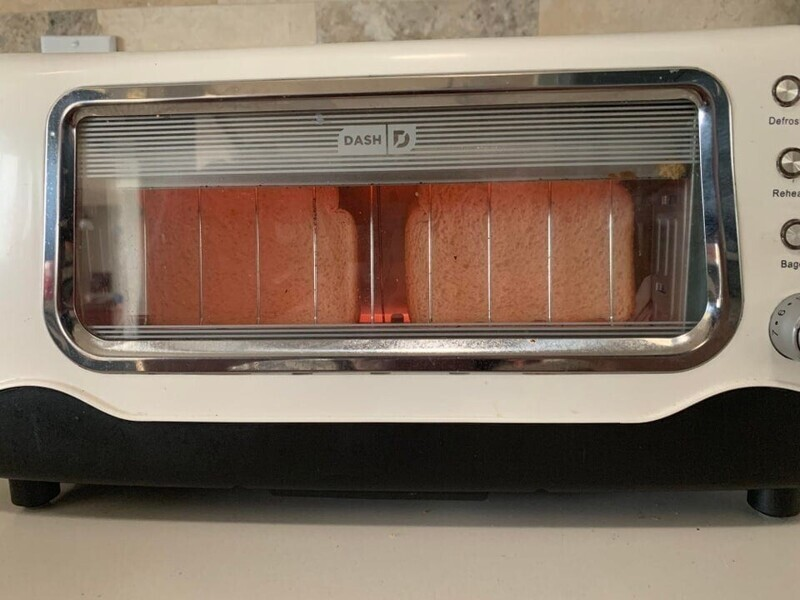 «В моём тостере есть окошко, через которое можно следить за корочкой на хлебе»