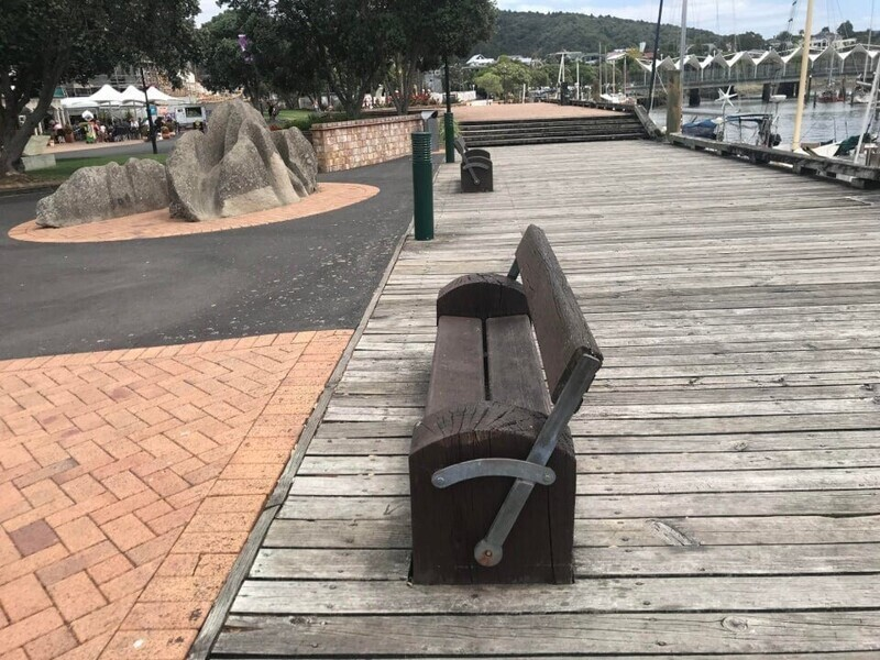 Скамейки, которые можно перевернуть и смотреть или на людей, или на воду