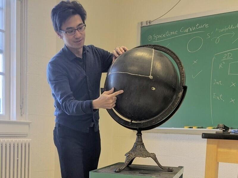 «С помощью такого чёрного глобуса мой преподаватель объясняет кривизну пространства-времени»