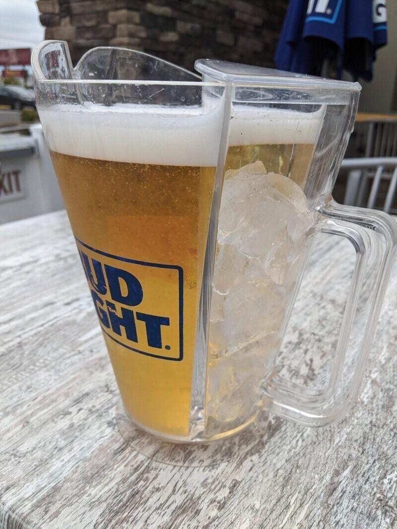 В этом кувшине для пива есть отдел для льда, чтобы напиток медленнее нагревался