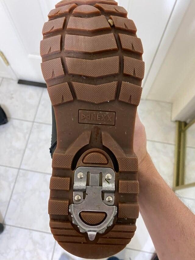 Зимние ботинки со специальной противоскользящей насадкой на пятке