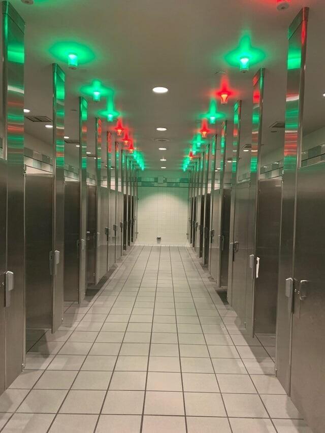 Туалет, в котором свободные кабинки видно издалека