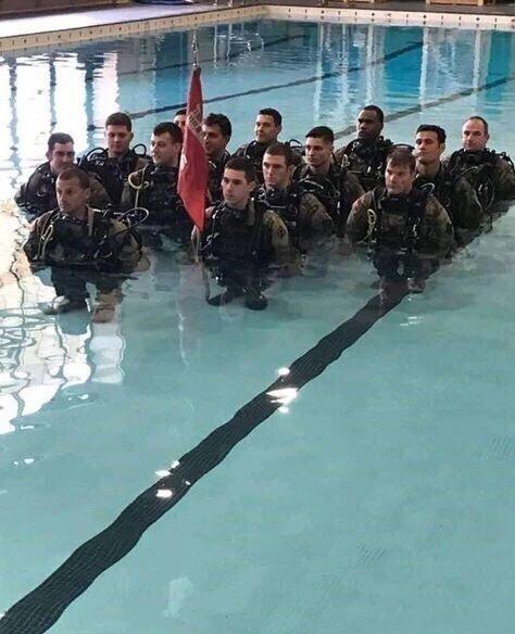 Тренировки военных в воде выглядят забавно