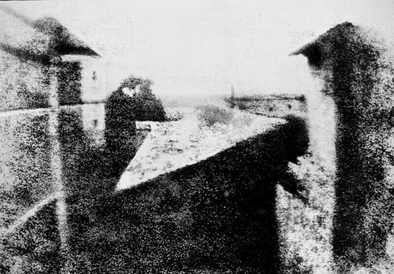 Самая старая известная фотография: вид из окна в Ле Гра (1826 г.)