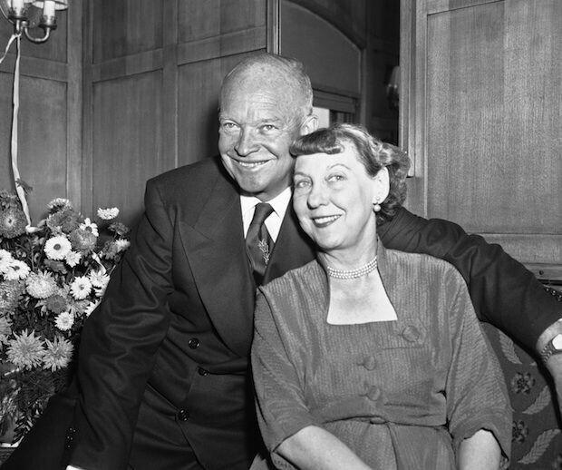 После сердечного приступа врач Эйзенхауэра прописал ему почаще обниматься с женой Мейми