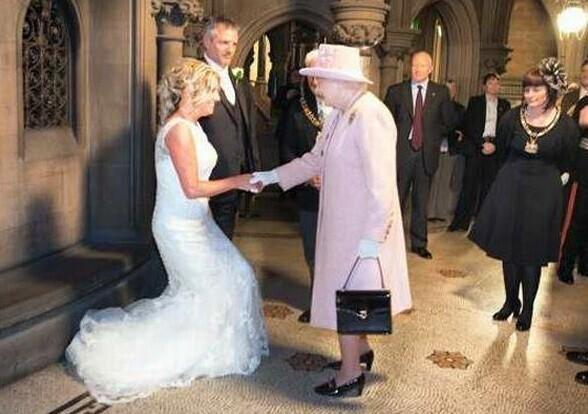 В 2012 году британская пара в шутку пригласила королеву Елизавету на свою свадьбу - и она пришла